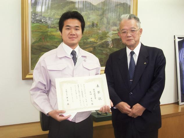 表彰状授与後に高槻市長(平成21年当時)との記念写真