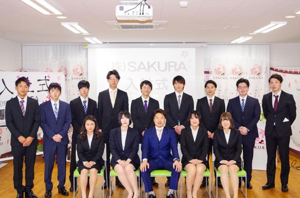 2020年度の新入社員一同と代表取締役本田