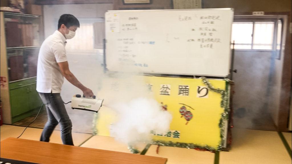 南松原町自治会公民館での除菌作業の様子(2020年7月)