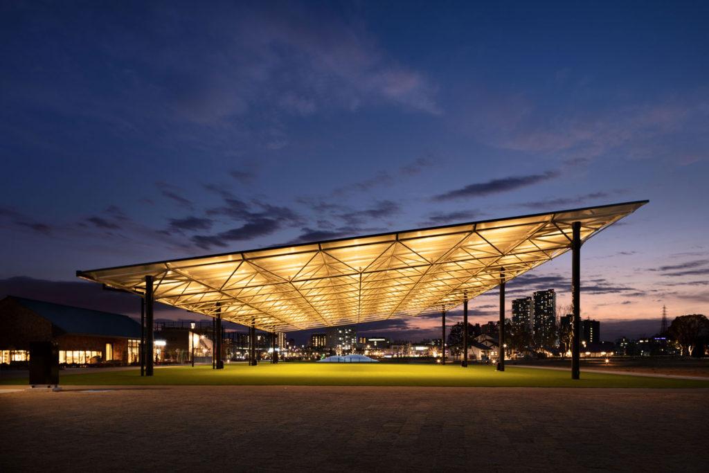 夜間照明下のSAKURA広場