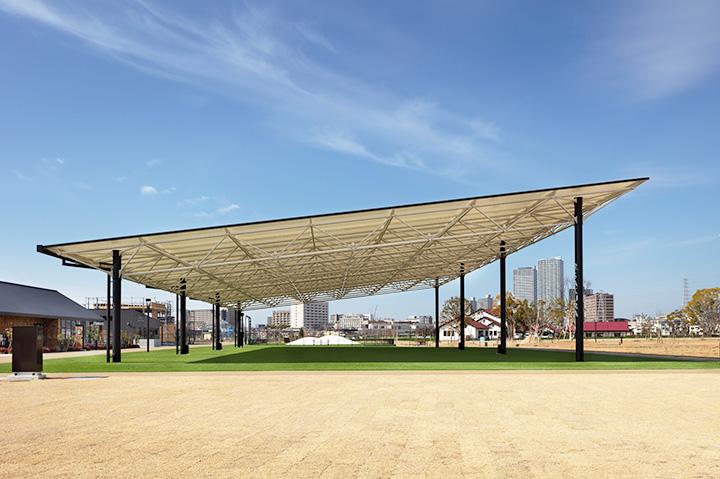 大屋根が日差しを遮ってくれる人工芝のSAKURA広場