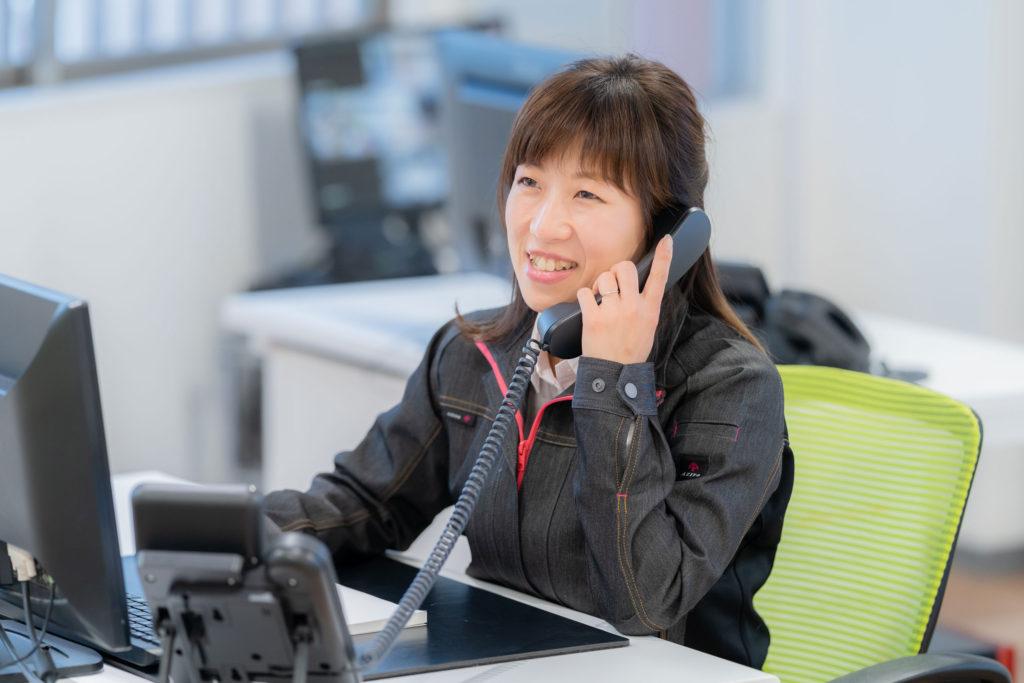 女性スタッフの電話応対風景